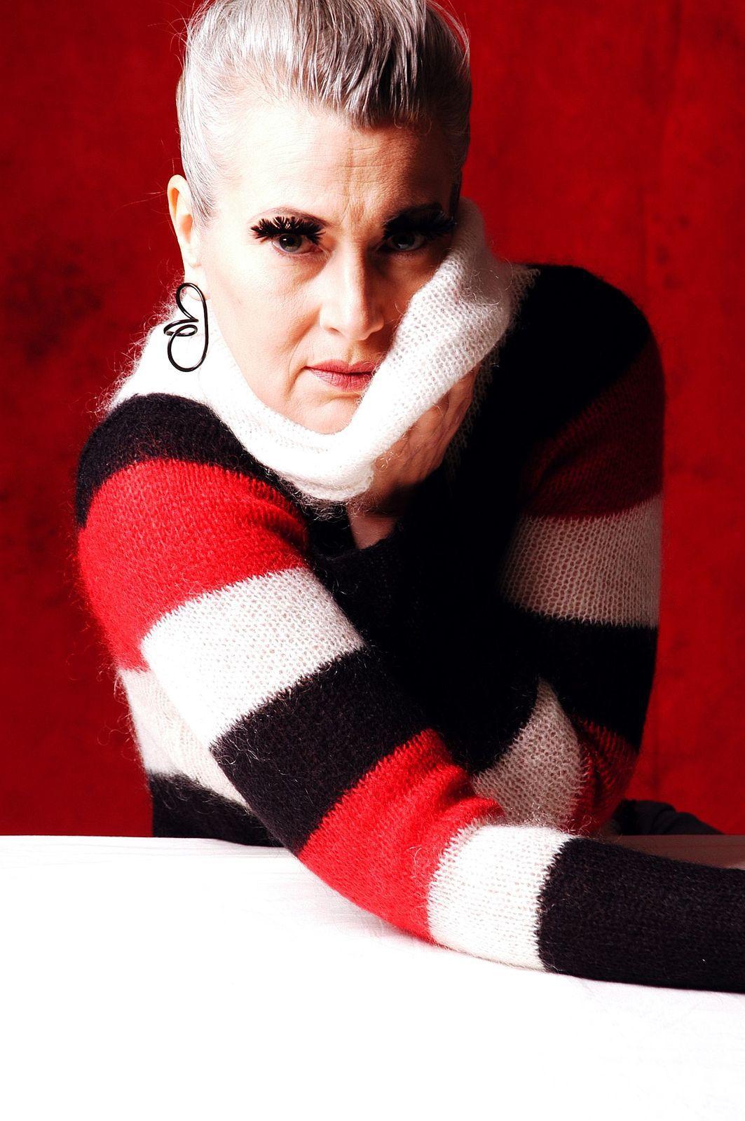 Pulverbeschichtete Kringelorringe von Nadine Sharpe, Own Sweet Time.