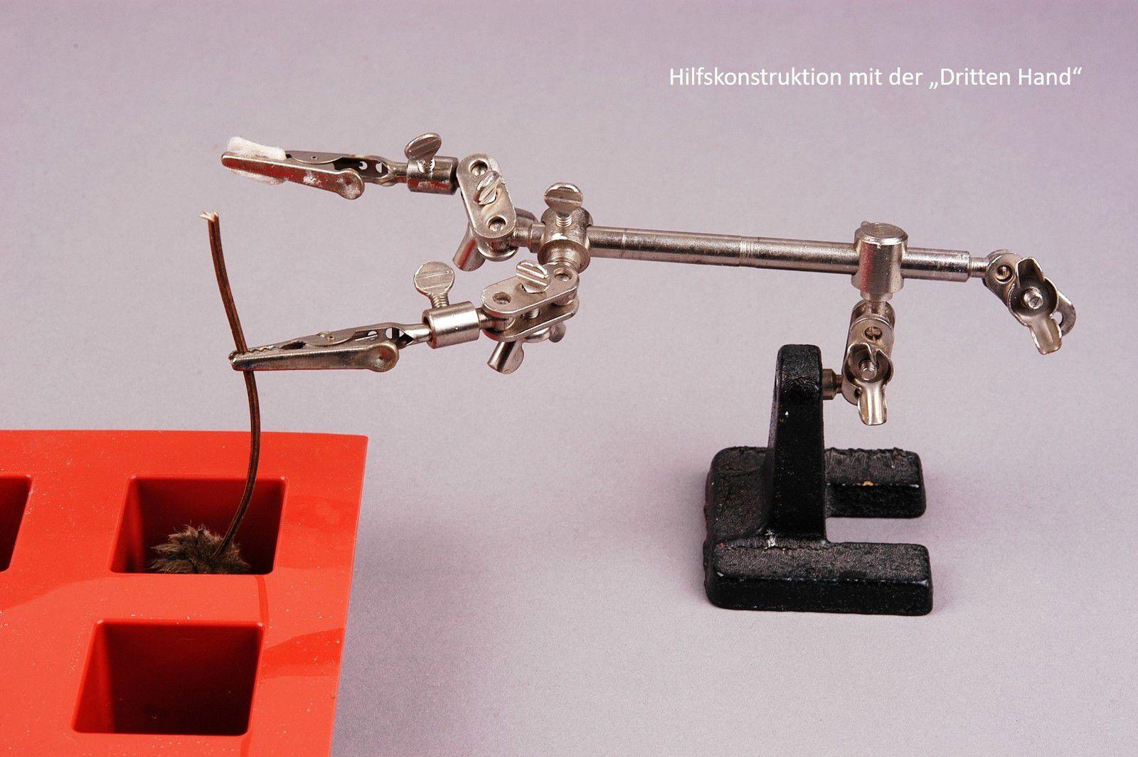 Das Objekt wird von oben in die Silikonform hineingehängt. Es sollte nicht am Boden der Silikonform aufsitzen.