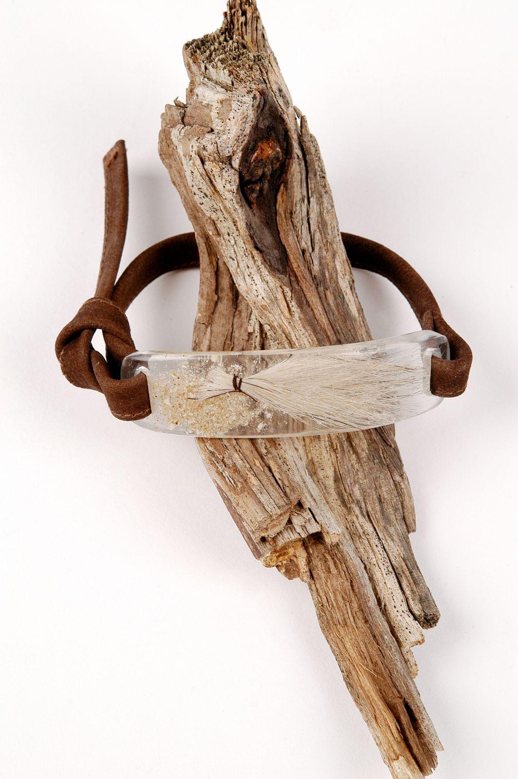 Armband mit transparentem Schmuckstein mit eingebetteter Hundehaar-Locke aus Epoxidharz von Edna Mo