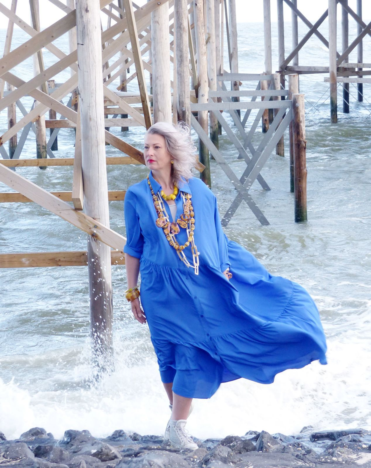 blaues kleid mit gelbem schmuck - edna mo