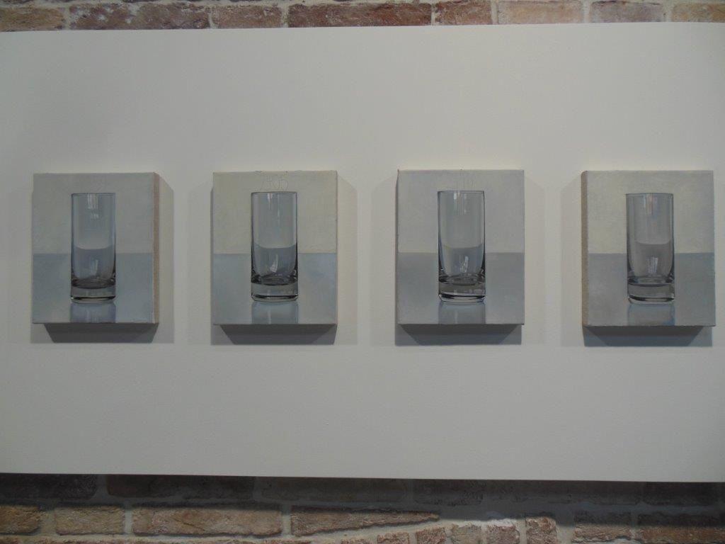 De 1974 à 2013, le peintre allemand Peter Dreher peint chaque jour de façon hypperréaliste le même verre vide posé sur une table, face à un mur blanc. De jour comme de nuit, avec des effets de lumière différents, l'artiste en réalise plus de 5000 versions avec une règle immuable : une fois commencé, le tableau doit être achevé le jour même.
