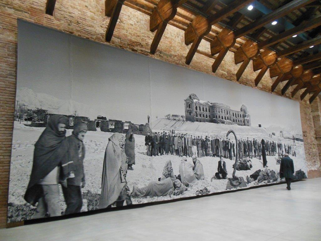 """""""Of what is, that it is; of what is not, that is not 1 & 2"""" (2012), de Goshka Macuga, sont d'immenses tapisseries réalisées à partir de photos. L'une montre une foule d'Afghans et d'Occidentaux, l'autre un groupe de militants mélangés à des protagonistes du monde de l'art. Sans un mot, toutes deux interpellent sur l'état du monde."""