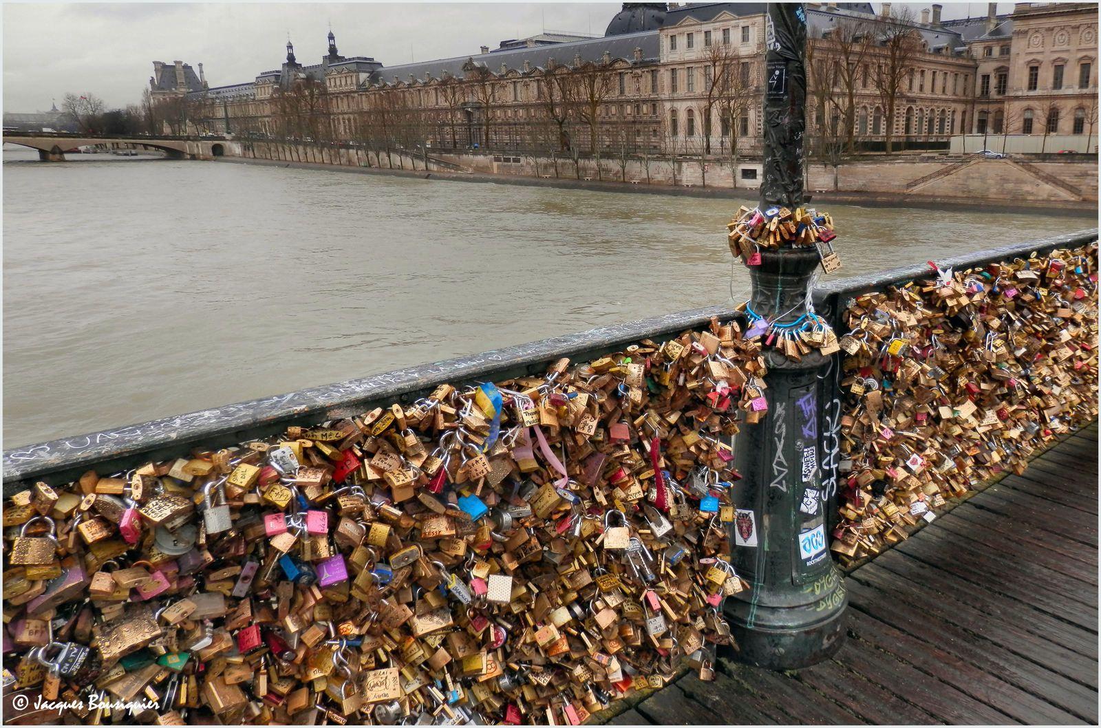 Le Pont des Arts : trop chargé d'Amour !