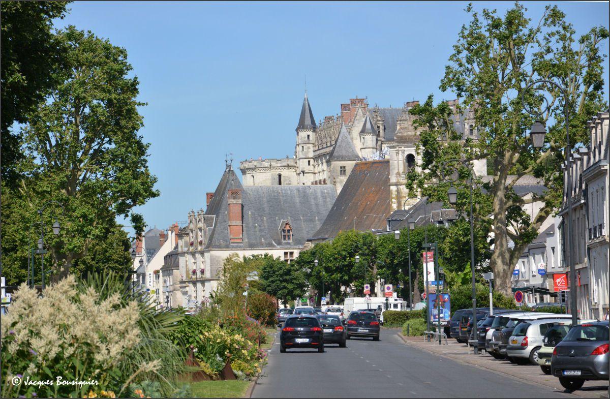 La cité rayonne aux pieds ou autour du château