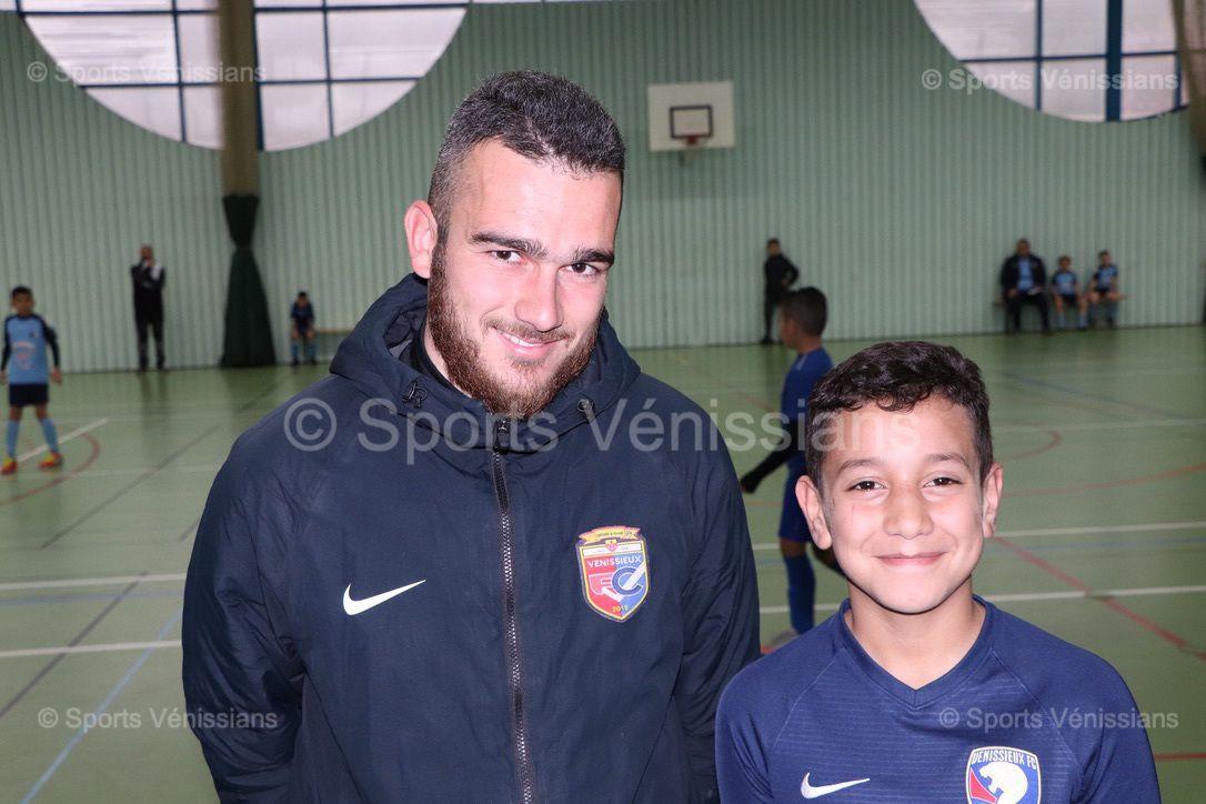 Corentin Goujon et un jeune joueur futsal U11 de Vénissieux FC