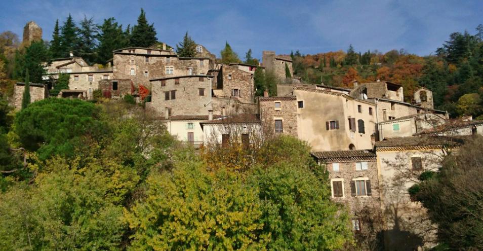 Beauchastel, village remarquable, au début de la vallée de l'Eyrieux.