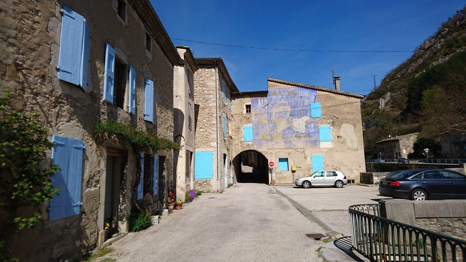 Rue principale de Pontaix, et anciennes publicités