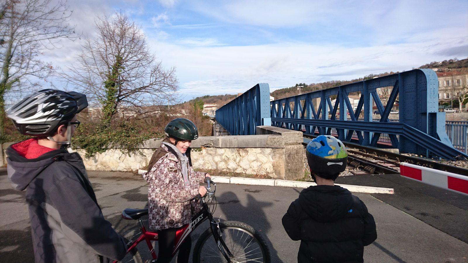 Passage à niveau fermé. On attend le train arrivant de la gare de Crest, par le pont bleu.