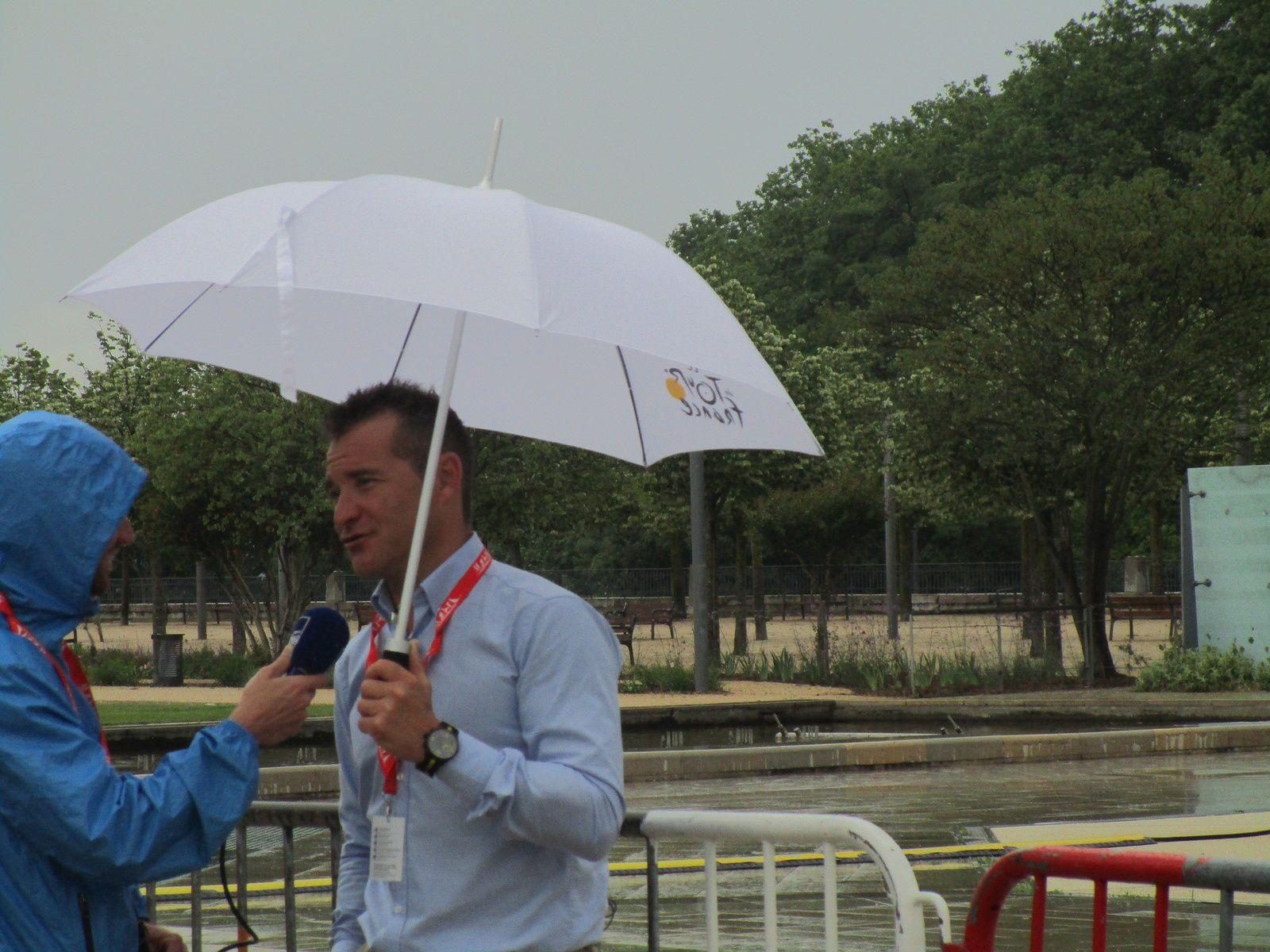 Thomas Voeckler, sous un parapluie, avant la présentation