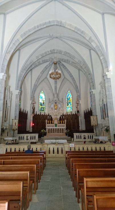 Notre Dame de Fresneau : intérieur du sanctuaire