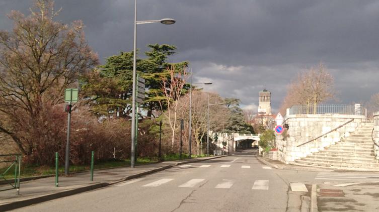 Rue Maurice Faure. Au bout le clocher de la cathédrale.