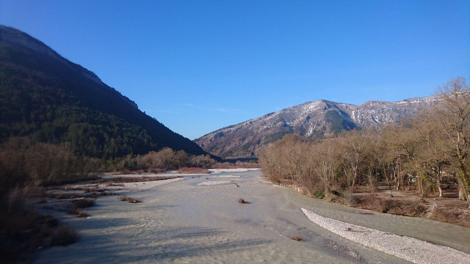 La Drôme à Vercheny, en aval du pont.