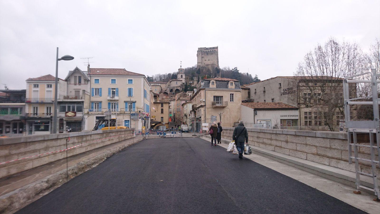 Le pont Mistral en travaux.Nouveau goudron.