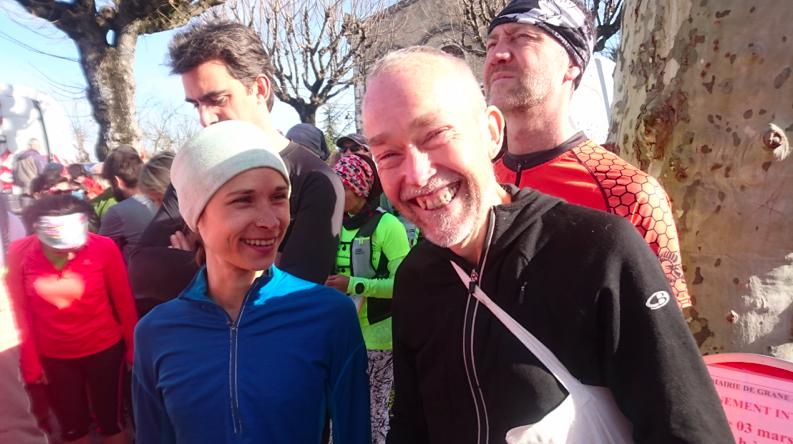 Mon ami, Claude, ultra-traileur, encourage Félicie au départ du 12 km