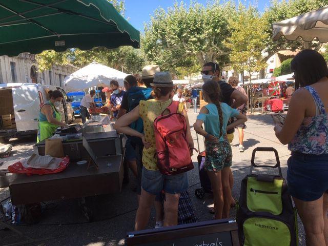 Mathilde vend ses produits fromagers place du Joubernon