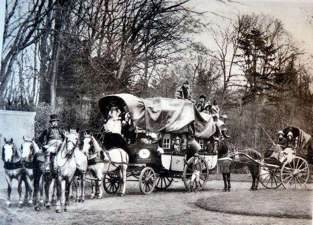 Une diligence et un cabriolet 1830 Reconstitution de 1905.
