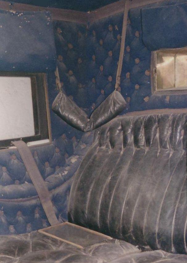 Rouleau de voyage à l'intérieur d'un coupé de voyage de la famille d'Arenberg (château de Menetou-Salon)