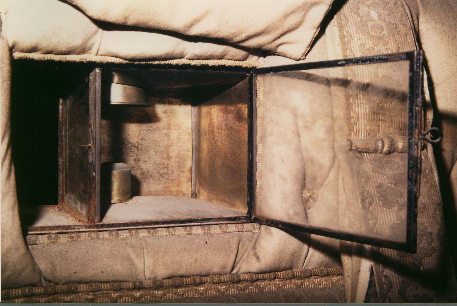 Vitre de séparation entre la lanterne extérieure et l'habitacle, Coupé de voyage du marquis d'Albon, construit par Berlioz et Gouillon à Paris (Haras du Pin)