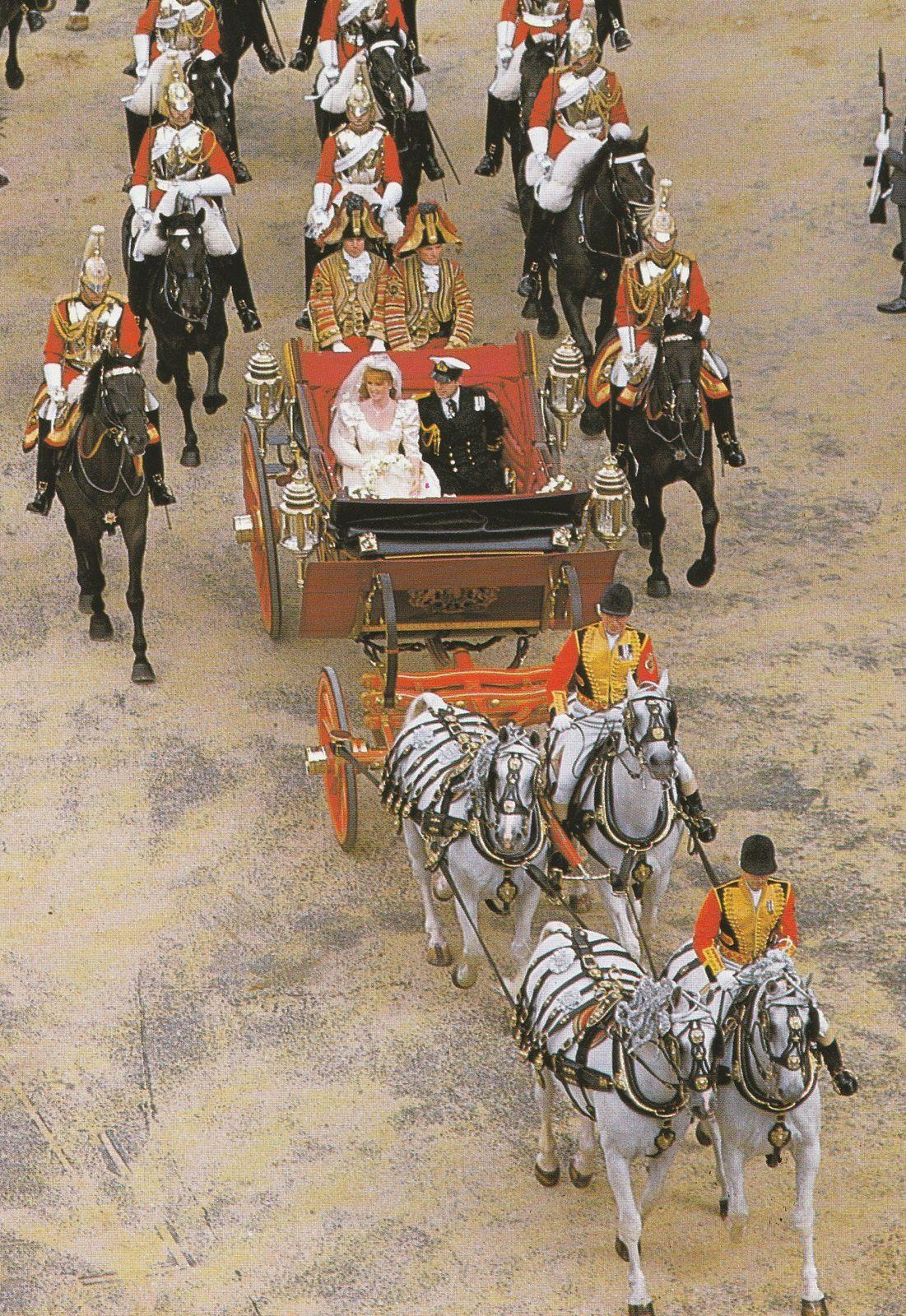 le State Landau (Hooper, 1902) attelé à la d'Aumont. Londres, mariage du prince Andrew avec Sarah Ferguson  le 23 juillet 1986.