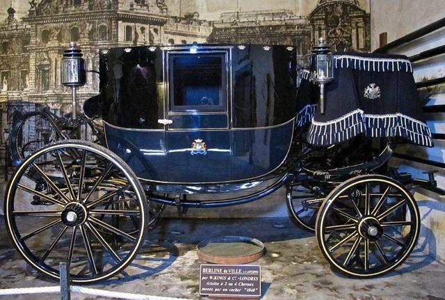 Berline de ville à 4 lanternes par W.Kings & cie à Londres. À 2 ou 4 chevaux menés par un cocher. 1840.