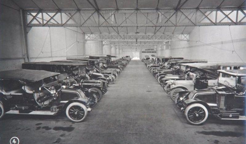 BILLANCOURT, les voitures avant leur livraison  (photo archives famille Paget)