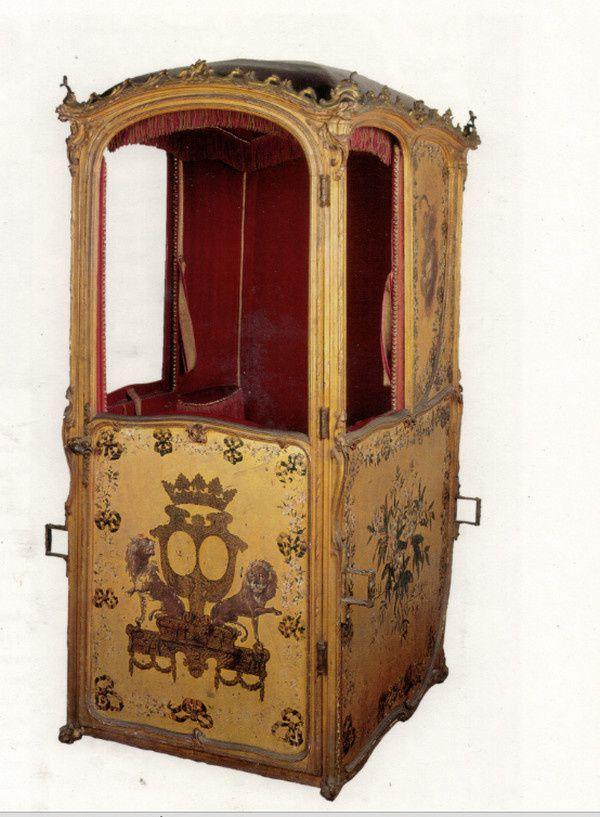 Chaise à porteurs aux armes de duchesse conservée au chateau de Versailles.