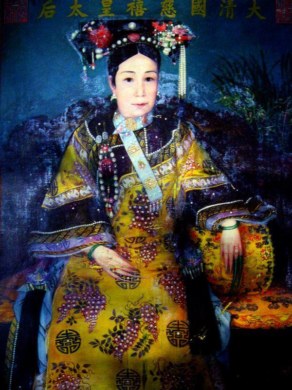 L'impératrice Tseu-Hi en robe de cour