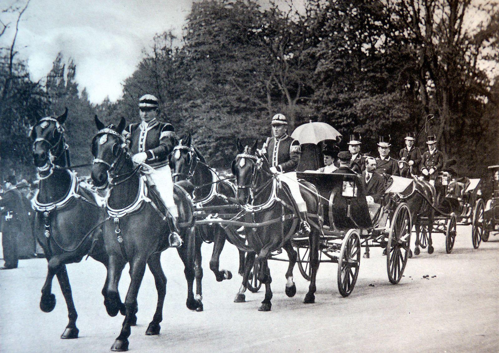 Le Roi d'Angleterre et la reine Marie se rendant aux courses d'Auteuil dans un attelage à la d'Aumont(Delton 1914)