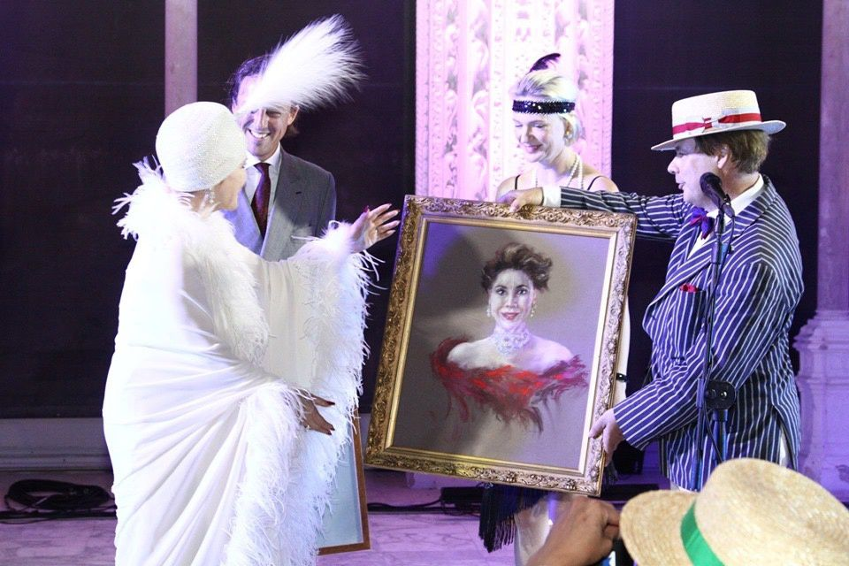 Former Indonesia First Lady Dewi Sukarno with SAR the Archiduc Carl-Christian of Austria receiving her painting from Juan Henri Tamenne with Catherine Darmenon