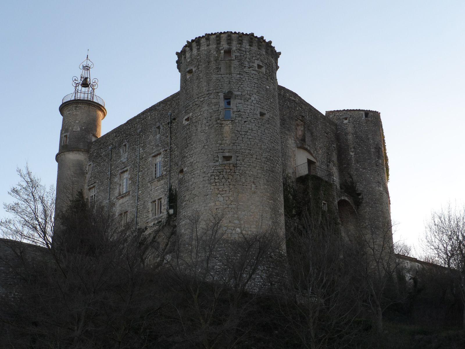 Chemin faisant nous nous arrêtons à la forteresse de Lussan,
