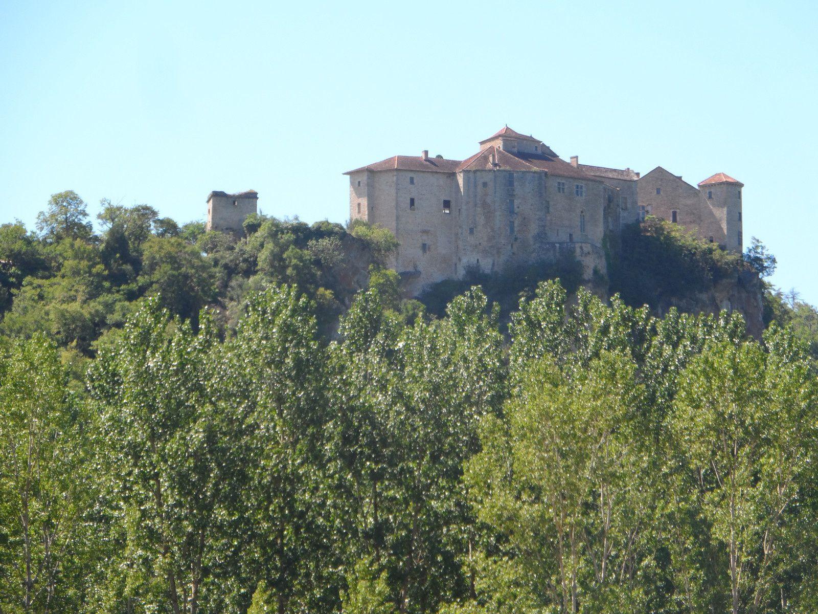 Vue du château avant d'arriver à Bruniquel.