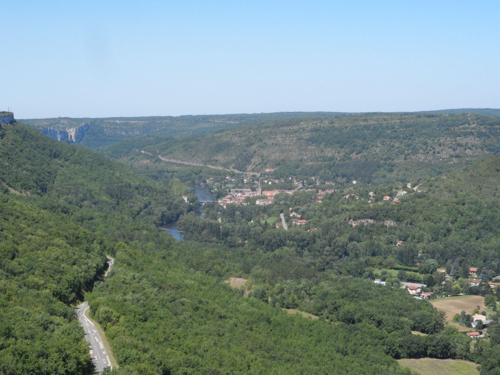 Vue sur Saint Antonin Noble Val à partir de l'aire d'envol.