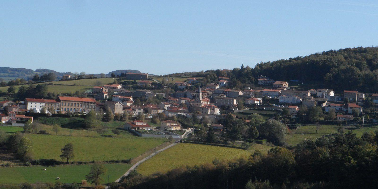 """Sur un chemin en balcon nous voyons le village de Grammond sur la droite. Chevrières, Aveizieux et nous voilà revenu à notre point de départ. Encore quelques modifications à apporter au parcours et ce sera """"parfait""""."""