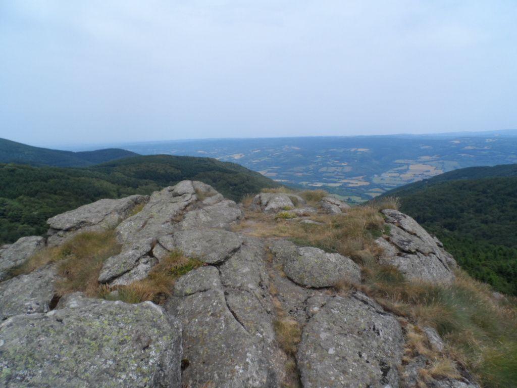 Là-dessus, on domine les alentours, on voit la vallée mais aussi le Pic de Nore et des montagnes.