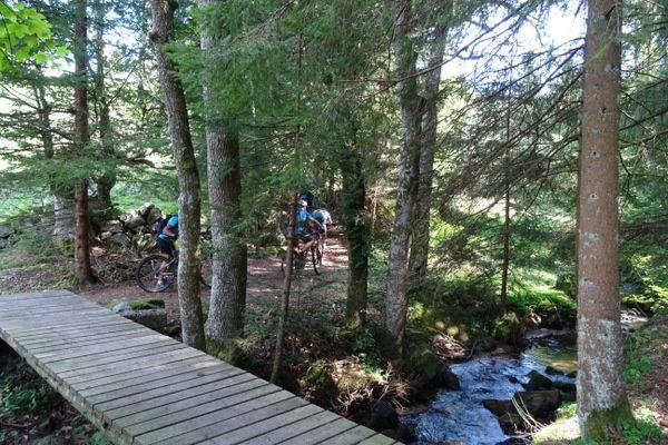 On traverse les rivières avec ou sans pont, le parcours est assez technique et l'on grimpe ou l'on descend dans la caillasse, ce ne sont tout de même pas des pierriers.