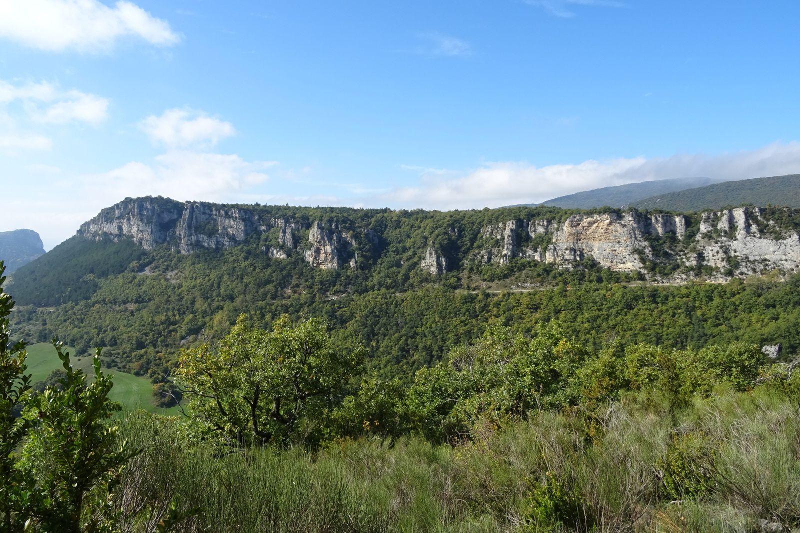 Je traverse la montagne de Lozeron, une longue, très longue ascension me hisse au point culminant entre deux haies de buis.