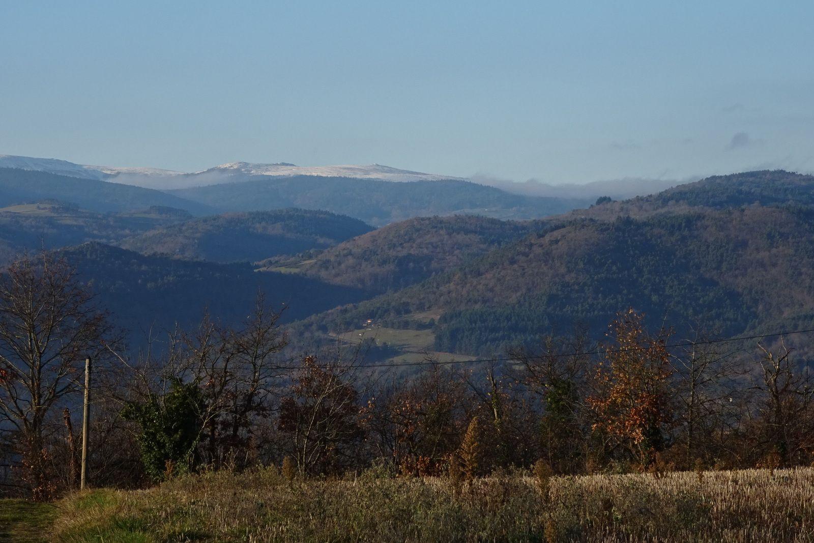 Nous avons de beaux points de vue sur les monts du Forez enneigés.