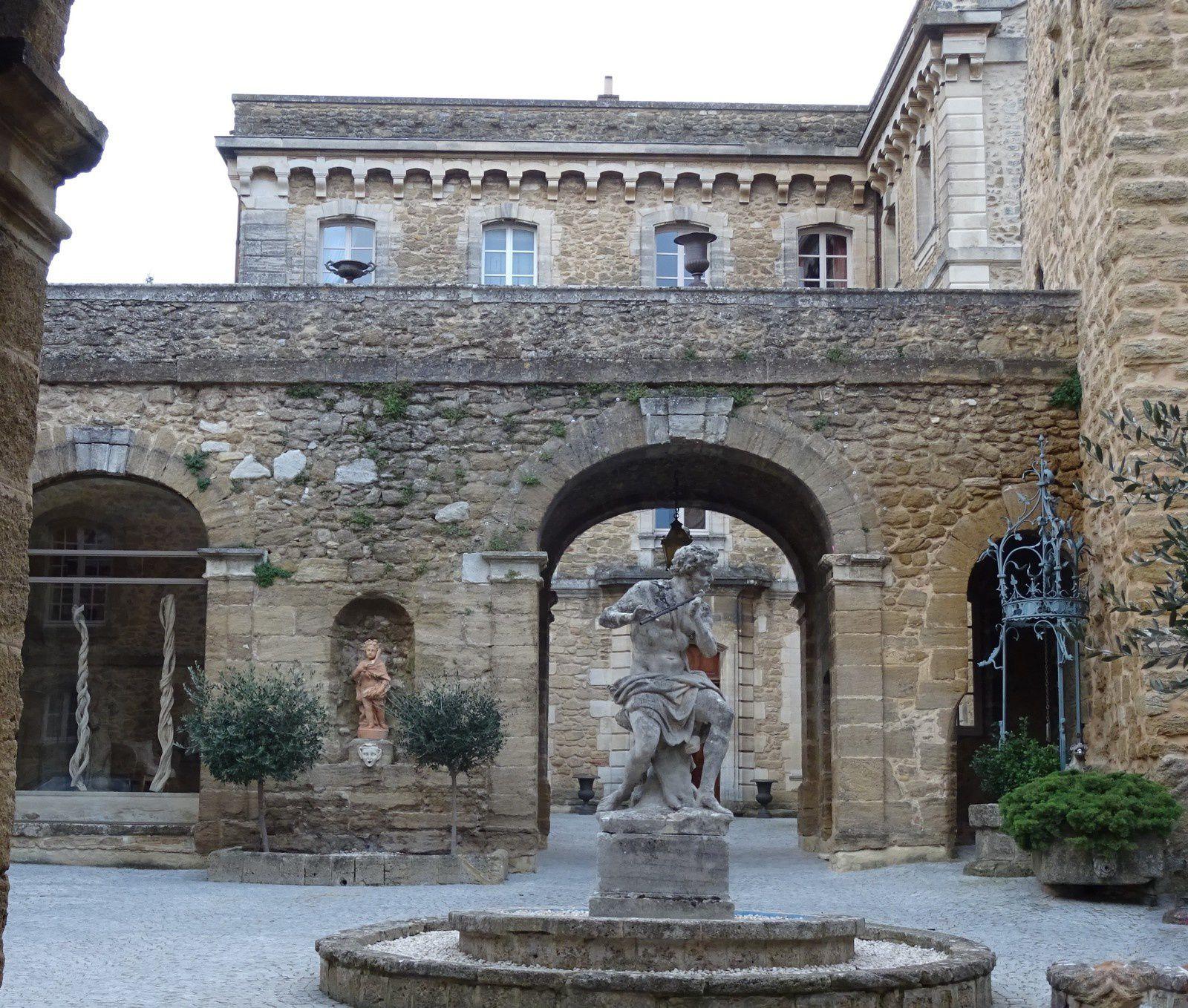 un tour du village nous permettra de découvrir le château.
