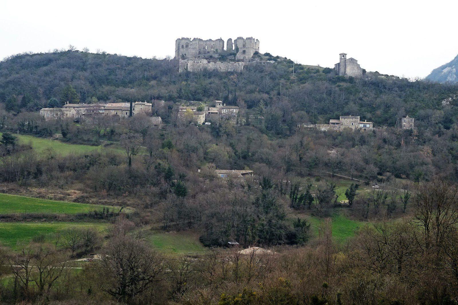 Château en ruines et chapelle .