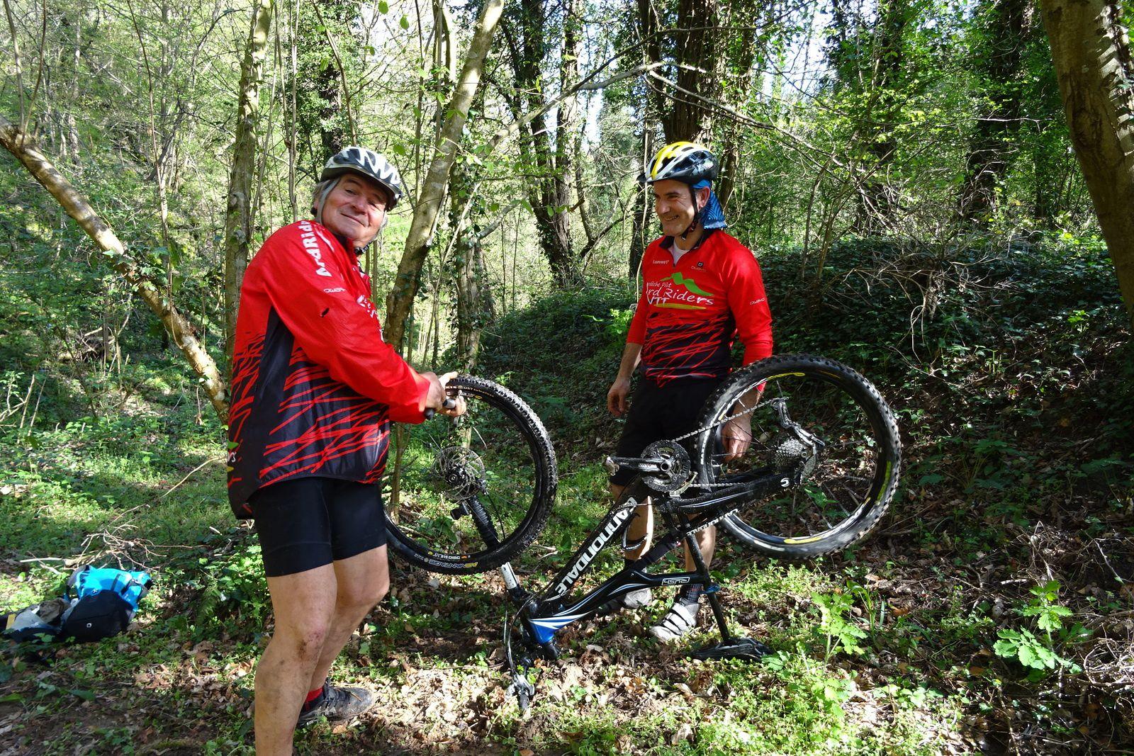 Dans les bois nous rencontrons Maurice et Laurent entrain de réparer, tout se passe dans la bonne humeur.