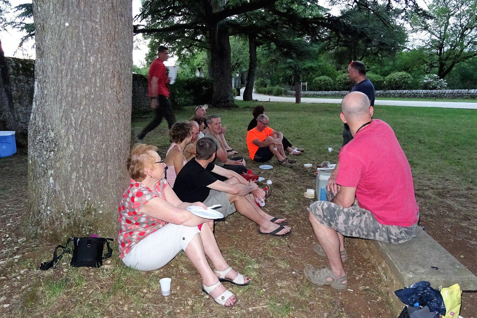 Le soir nous pique-niquons dans le parc.