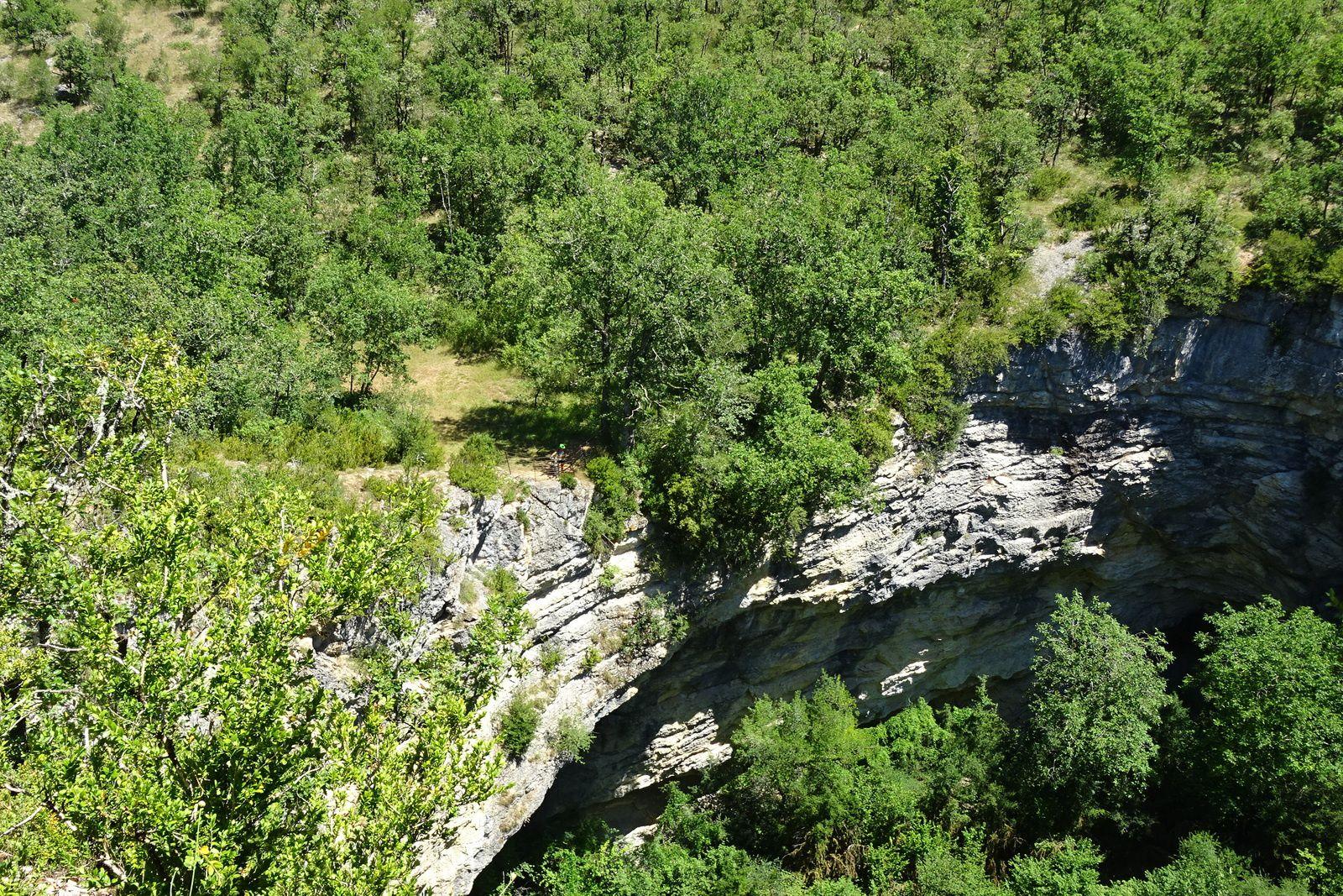 L'igue d'Aujols, si vous regardez bien vous apercevrez Dan en bas, la descente est belle mais pas d'erreur possible sinon c'est la chute assurée 100 m plus bas.