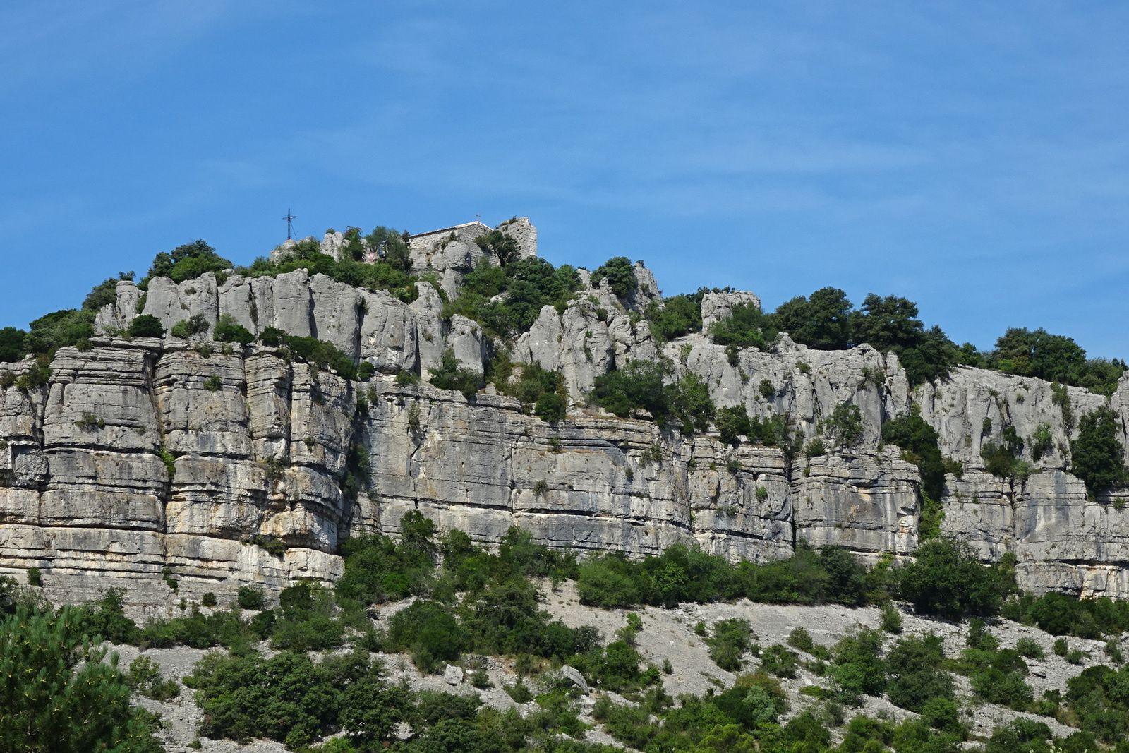 Au sommet les ruines d'une chapelle et d'un château.