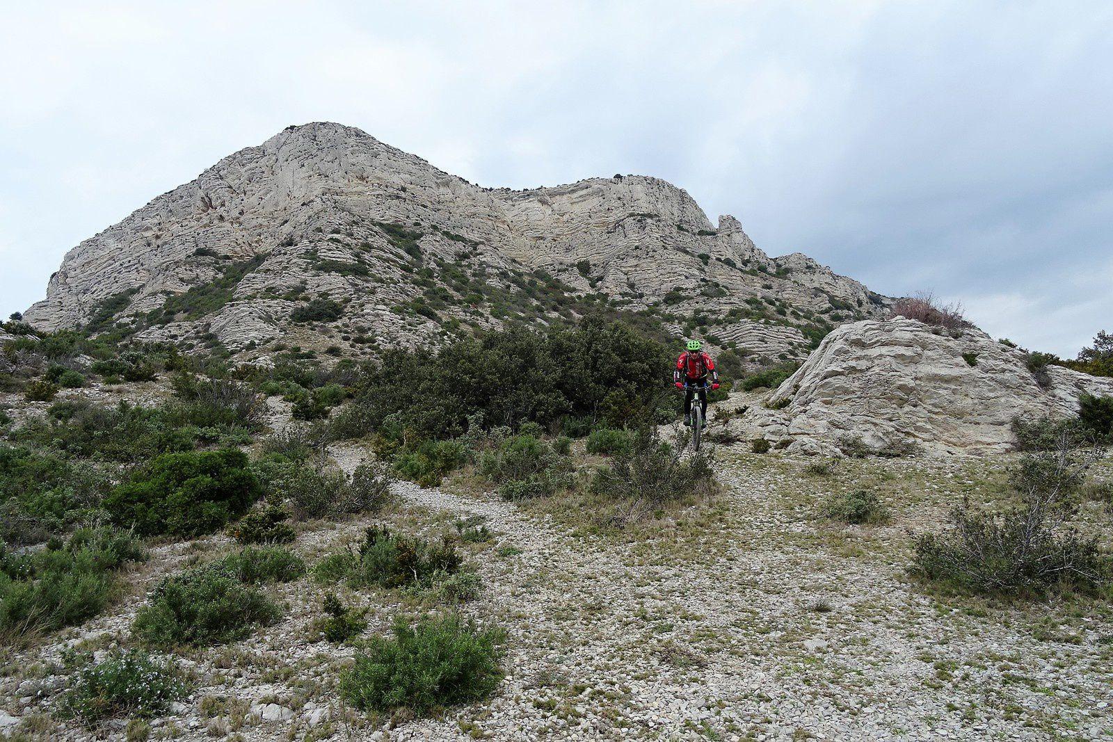 La descente comme la montée se fait dans la caillasse.