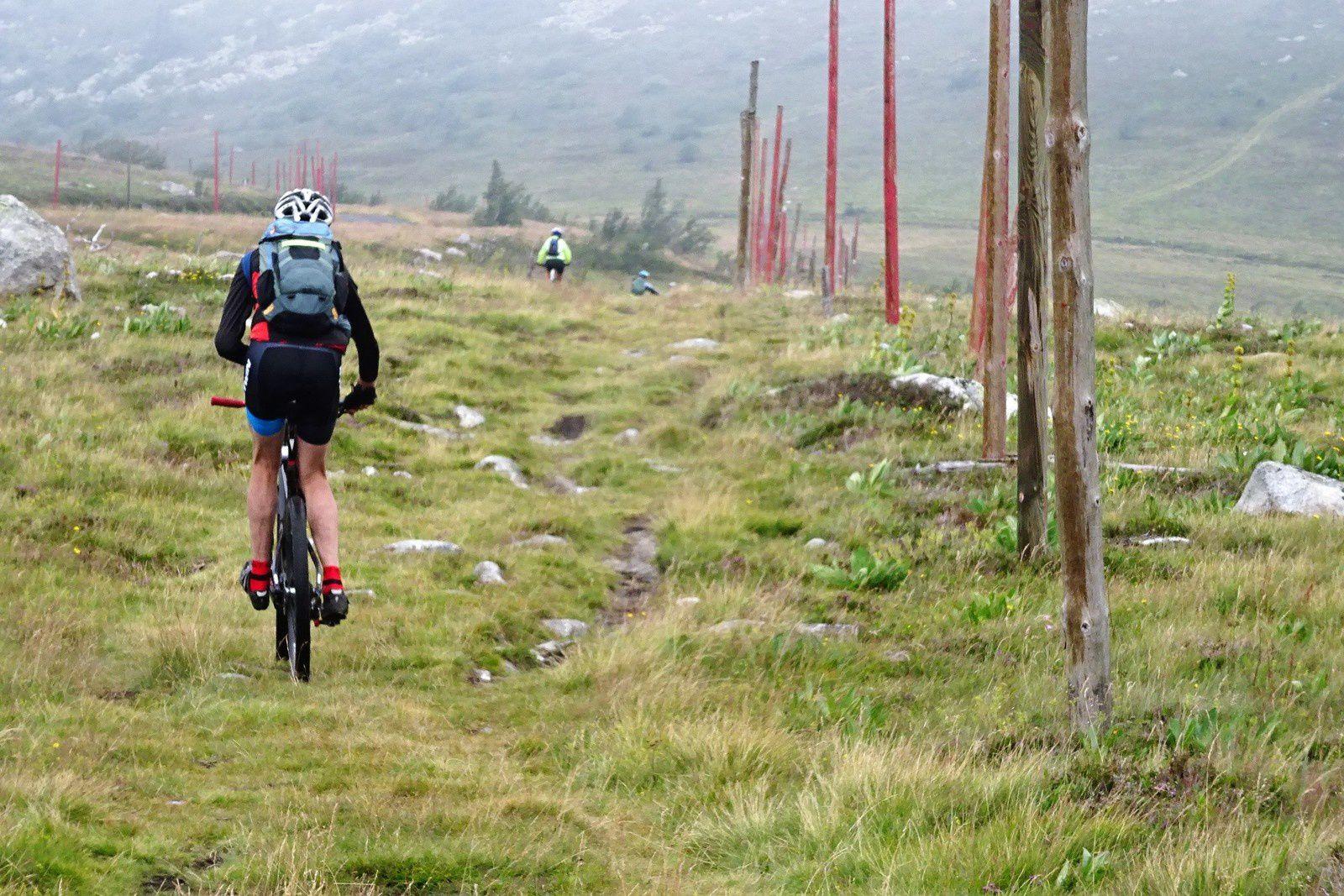 On prend le GR en direction du Béal, au col de la Chamboite on bifurque en direction du refuge de la loge de la morte.