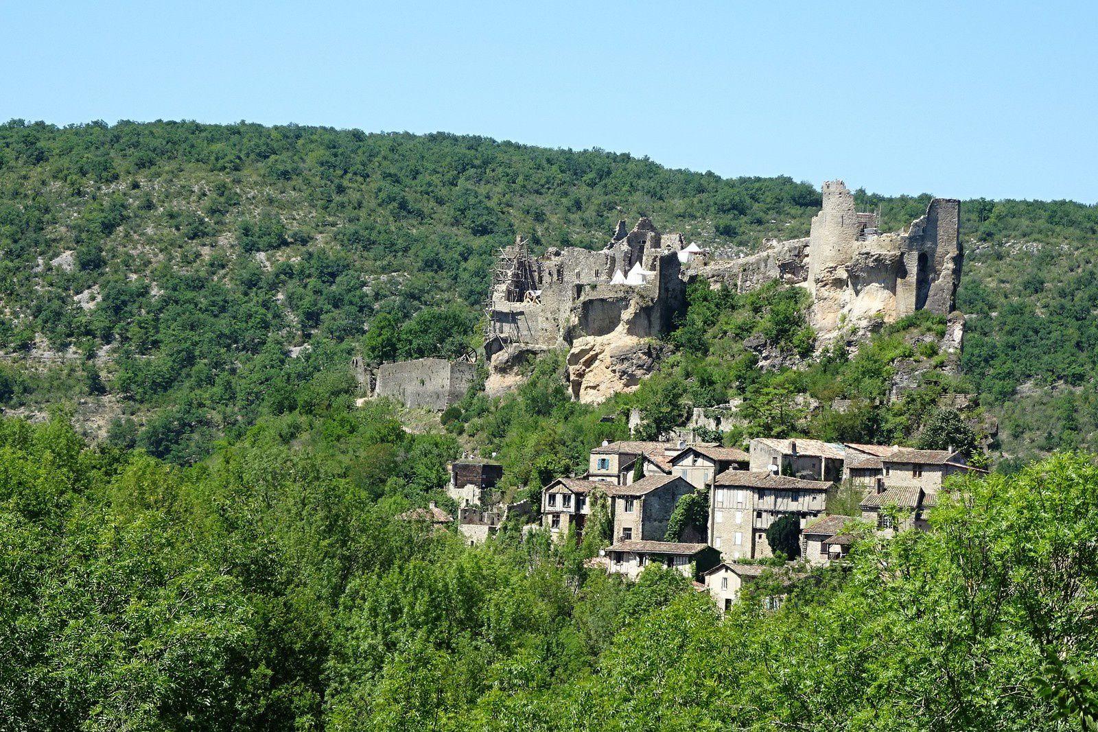 Penne et son château ruiné sur un promontoire rocheux.