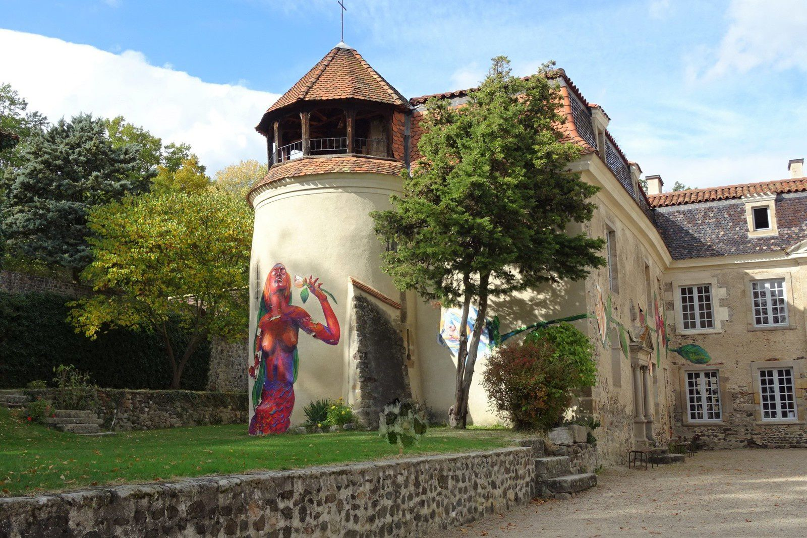 Dernier ravitaillement au château de Goutelas, des fresques ont été peintes sur les murs. 4 ravitaillements sur tout le parcours plus un petit casse-croûte à l'arrivée. Un balisage parfait, une belle journée vététesque.