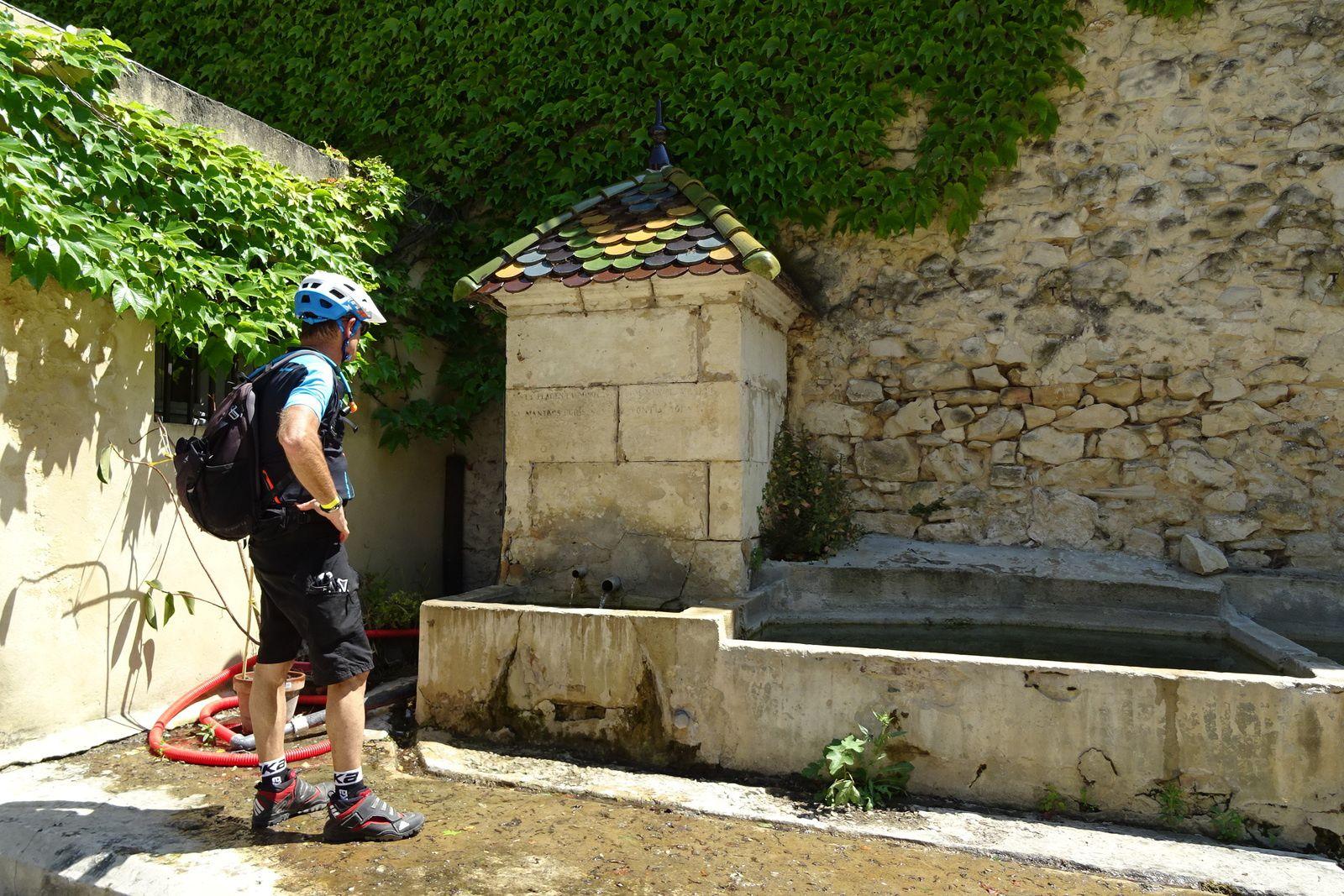 La fontaine et ses tuiles vernissées, on y remplit nos poches à eau.
