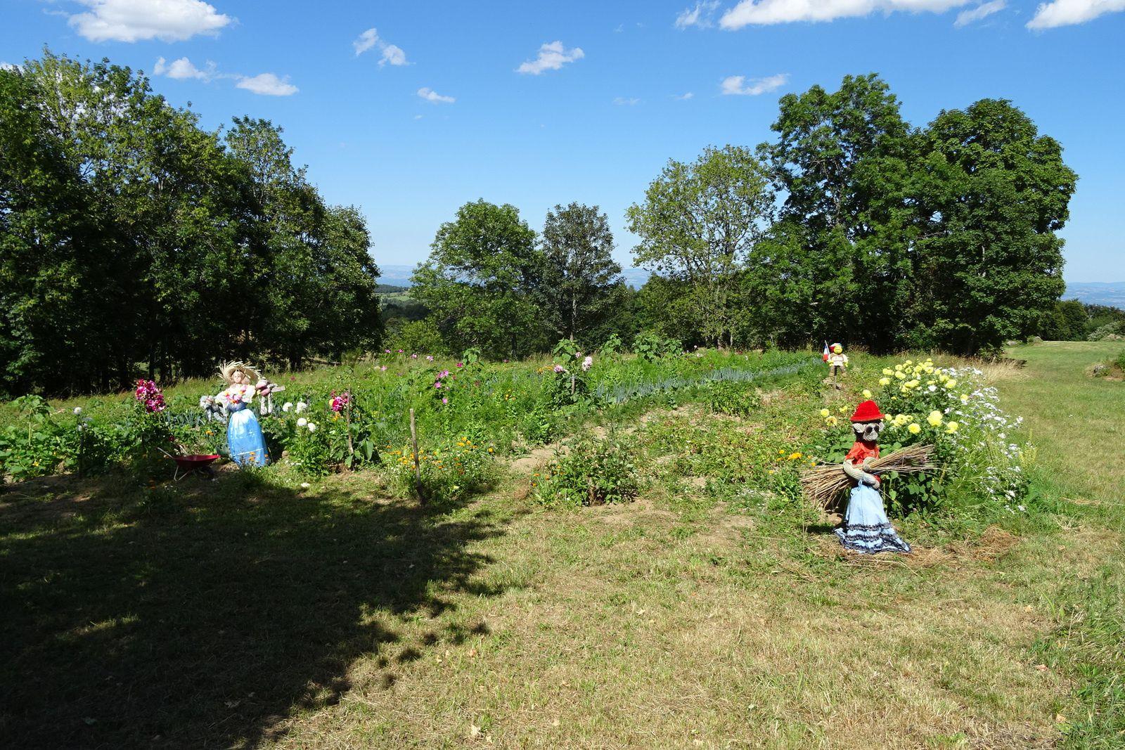 Rigolo ce jardin avec ses épouvantails. Nous avons bien aimé papa, maman vache et leur veau.