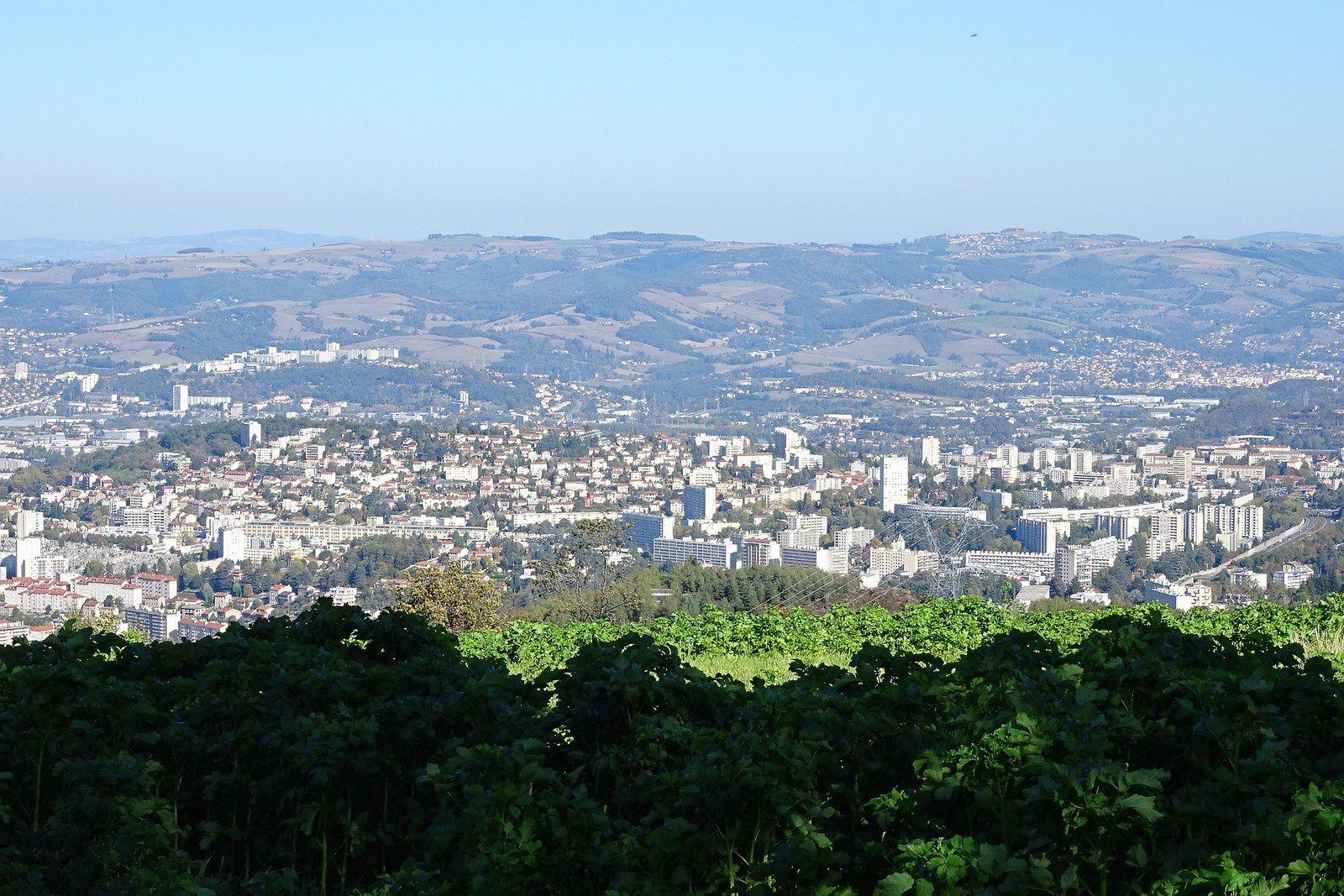 De là-haut nous dominons la ville de Saint Etienne et le temps clair permet de voir au-delà.